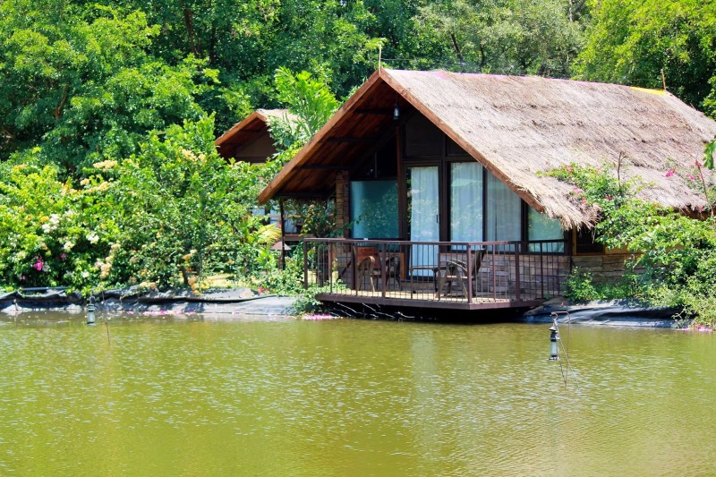 Spend a Luxurious Weekend at this River Side Cottage Resort!